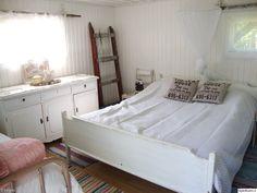valkoinen,vanhat tikkaat,sängynpeitto,makuuhuoneen sisustus,makuuhuoneen tekstiilit,vanha lipasto,vanha tuoli,paneeliseinä,räsymatto,vanha a...