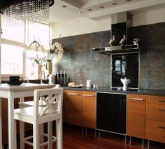 Ścianę nad blatem w kuchni wykańcza się najczęściej ceramiką, ale można tam też ułożyć kamień, drewno oraz szkło. Poza funkcją ochronną ściana w kuchni stanowi także swoistą dekorację. Zobacz w galerii ZDJĘĆ, jakie efekty można uzyskać. 20 propozycji: ściana nad blatem w kuchni – szkło, drewno, kamień.