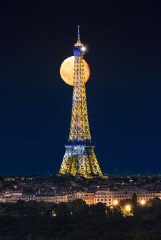 The moon and the Eiffel Tower Paris by PUNTO Studio foto / 500px in World Category - Your Zenith.
