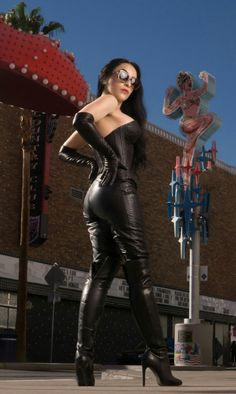 Cuir latex & plus Black Leather Gloves, Leather And Lace, Leder Outfits, Sexy Latex, Sexy Boots, Latex Fashion, Leggings Are Not Pants, Lady, Women