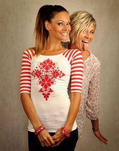 Bieločervené+proužkové+tričko+-+Red+Folk+Šité+tričko+s+trojštvrťovými+rukávmi+z+dielne+LucLac+s+aplikovanu+potlačou.+Tričko+je+jednoduchého+raglánového+strihu,+ktorý+výborne+sadne+každej+postave+Možnosť+objednávky+akejkoľvek+veľkosti:+XS,+S,+M,+L,+XL+-+šijeme+na+mieru+materiál+:+bavlna/elastan+95/5+%+Potlač+typu+Flock:+Ide+o+techniku+potlače+bavlnených+tričiek...