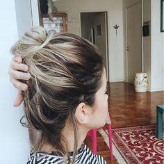 Aquele coquinho bem fácil de fazer, mas com uma parte do cabelo em volta para dar aquele charme.   14 penteados simples para cabelos curtos que fazem a diferença