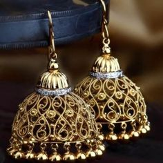 The traditional Indian jhumki is handcrafted in a delicate composition of filigree work in 18k gold and supported with a ring of diamonds.