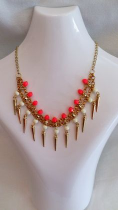 Art.C0006. Collar corto con cadena regulable (dorada, bronce o plata), piedras facetadas y dijes. Por consultas escribinos a info@encapricharte.com.ar o buscanos en www.facebook.com/encapricharte