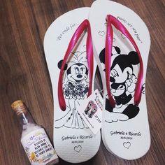 Tá procurando chinelos personalizados? A @custumizu faz modelos incríveis e o kit vem com um escalda pés divino. É descer do salto e dançar muuuito.  Orçamento  (11) 99851-4891 no e-mail: orcamento@custumizu.com.br ou no Instagram: @custumizu Eles entregam em todo Brasil!
