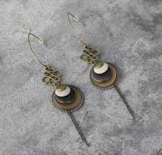 fr_bijou_createur_boucles_d_oreilles_pendantes_bronze_antique_intercalaires_estampes_breloques_sequins_emailles_gris_perle_et_anthracite_