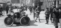 Paris 1927 and an ingenious solution to a common parking problem Parallel Parking, Old Paris, Mechanic Jobs, Car Gadgets, Self Driving, Car In The World, Historical Pictures, Old Ones, Go Kart