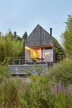 Modernes Holzhaus mit rahmenlosen Fenstern A bit cold. But like the use of stone here at the base. Not married to the flat look. Modern Wooden House, Modern Barn, Architecture Panel, Interior Architecture, Farmhouse Remodel, Cabana, My Dream Home, Building A House, House Plans