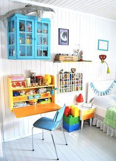 Thrifted Treasure: Kids' Study Nook, lots of storage off the floor. Kids Desk Space, Kid Desk, Casa Kids, Retro Room, Kids Study, Study Nook, Kids Decor, Home Decor, Deco Design