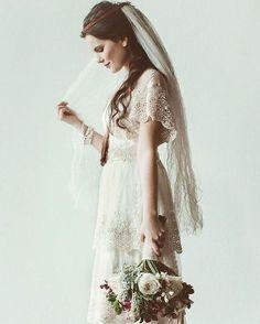 Kat kat dantel ve soluk beyaz tonlarında tasarlanmış gelinlik modeli ile gerçek bir vintage gelinlik izlenimi yaratabilirsin... #weddinggown #duguncom by duguncom