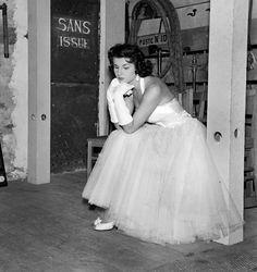 Un jour en France - À Fontainebleau la soirée du concours Miss France 1955. Une concurrente pensive attend dans les coulisses son passage devant les juges . Photo : Jack Garofalo / Paris Match