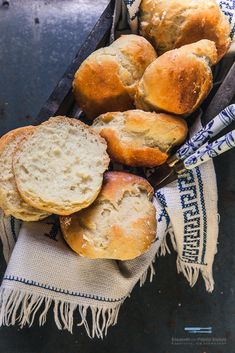 Skye-Brötchen_For seven Skyr rolls à SP 225 g of flour 200 g skyr 50 g yoghurt, room warm 1 egg cube of fresh yeast 1 tsp of sugar 15 g semi-fat margarine, room-warm 1 tsp salt Easy Egg Roll Recipe, Egg Roll Recipes, Smoothie Recipes, Diet Recipes, Homemade Egg Rolls, Fried Spring Rolls, Cheesecake, Atkins Diet, Yummy Appetizers