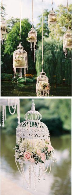 Jaulas para bodas blancas, flores y perlas- Precioso para una boda al aire libre o para un bridal shower. White bird cages, flowers & pearls.