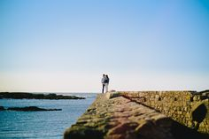 """""""El horizonte está en los ojos y no en la realidad"""" (Ángel Gavinet)  #preboda #esession #malpica #boda #wedding #weddingphotographer #weddingphotography #lookslikefilm #vsco #fotografodebodas #susorivas"""