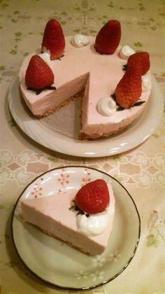 苺を使った春らしいレアチーズケーキ♪混ぜて冷やし固めるだけの簡単なケーキです。2012.0209話題入り感謝です♪