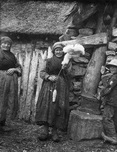 Hilado de lana en un huso de la gota- Asturias, España | 1927 - Fritz Krüger: fotógrafo