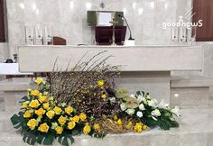 Church Flower Arrangements, Floral Arrangements, Altars, Diy And Crafts, Floral Wreath, Easter, Wreaths, Table Decorations, Flowers