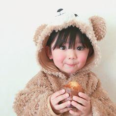 """ถูกใจ 6,902 คน, ความคิดเห็น 71 รายการ - Mana (@m.k_pei) บน Instagram: """". もぐもぐタイムのくまさん🐻 大好きなパン屋さんのバナナマフィンを食べてご満悦の様子🍌 そろそろ前髪を切らないとなぁ…💭🦁"""" Cute Asian Babies, Korean Babies, Asian Kids, Asian Cute, Cute Korean, Cute Babies, Cute Baby Boy, Cute Little Baby, Little Babies"""