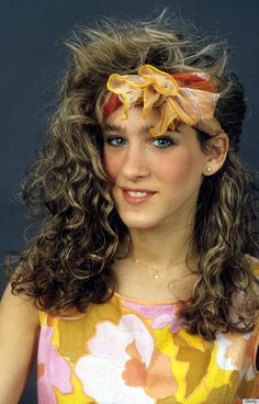 A young Sarah Jessica Parker rocking the famous perm. Other popular hairstyles were the Jheri curl, crimped hair, and side ponytails. Sarah Jessica Parker, 1980s Fashion Womens, 80s And 90s Fashion, 80s Makeup, Hair Makeup, Look 80s, 1980s Hair, Party Kleidung, Crimped Hair