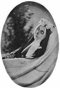 Cattolicesimo -  16 aprile, Santa Bernadette L'aspetto paradossale del corpo incorrotto di santa Bernadette sta nel fatto che la Santa in vita ebbe una salute molto cagionevole. Quale corpo, più del suo, si presentava così fragile e pertanto facilmente predisposto alla corruzione? Ella sin da piccola fu segnata dall'asma. Aveva un'aspettativa di vita breve… eppure il suo corpo è lì, intatto. Verrebbe da pensare a tante persone che – come  #lourdes #santabernad Santa Bernadette