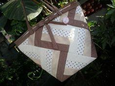 Bolsa confeccionada com faixas. Forro em tecido liso com bolso interno. 100% algodão. Pode ser feita em outras tonalidades a escolha do cliente. R$ 65,00