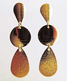 Levíssimos brincos banhados a ouro com três peças: uma pequena gota e um disco acabamento escovado e uma gota com acabamento texturado.  Pino e tarracha.  Largura: 1,5 cm  Altura: 5,2 cm R$ 28,00