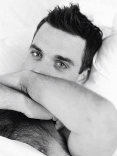 Robbie Williams, why would you put those beautiful blue eyes in black and white?
