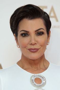 Browse the best Kardashian Jenner hair moments for inspiration Cute Eye Makeup, Skin Makeup, Kris Jenner Haircut, Kris Jenner Style, Makeup You Need, Makeup Over 50, Makeup For Older Women, Make Up Inspiration, Make Up Braut