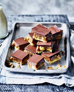 When the worlds of banoffee pie and millionaire's shortbread collide. you get this indulgent traybake recipe made with a layer of shortbread topped with a dreamy caramel sauce, bananas and finished off with chocolate. Tray Bake Recipes, Baking Recipes, Dessert Recipes, Bar Recipes, Candy Recipes, Baking Ideas, Chocolate Traybake, Chocolate Truffles, Millionaire Shortbread Recipe