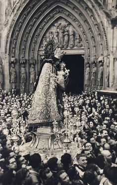 A 1930s photograph of the procession of Our Lady of the Forsaken in Valencia, Spain.
