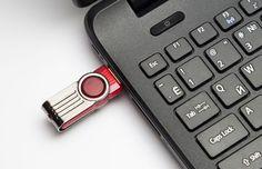 """Lorsque vous vous servez de disques durs externes ou de clés USB, pour les retirer """"en toute sécurité"""", vous devez faire une manipulation qui peut prendre un peu de temps : aller chercher une icône en bas à droite de votre barre de tâches, faire un... Usb Drive, Usb Flash Drive, Smartphone, Iphone 5c, Computer Keyboard, Barre, Wifi, Gadgets, Geek Stuff"""