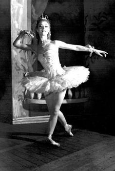Arthur Freed wanted Moira Shearer to play opposite Fred Astaire in Royal Wedding (1951) but Astaire was reluctant to dance with a ballerina. Gene Kelly asked for her for his Brigadoon (1954) picture. She turned down both film opportunities.