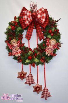 GUIRLANDA NATALINA (com e sem iluminação de LED)  Natal esta chegando? É hora de decorar a sua residência, comércio, etc? Então vamos decorar a sua porta de entrada com uma GUIRLANDA LINDA!!!   DESCRIÇÃO:  Guirlanda de 45 x 45 cm, decorada com bonequinha de anjinhos, com vários enfeites de maçãzinhas e folhagem vermelha com brilho, 04 enfeites pendurado estrela e árvore de natal em Patchwork, e para finalizar fitas aramadas que não deformam, amassou.....é só ajeitar com carinho e esta…