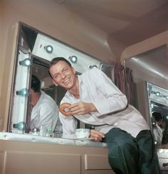 Frank Sinatra putting moves on a doughnut. 21 Awesome Vintage Photos Of Celebrities Eating Funny Vintage Photos, Vintage Humor, Funny Photos, Rare Pictures, Rare Photos, Vintage Photographs, Beautiful Pictures, Margaret Mitchell, Rhett Butler