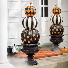 It is already October. Once again, it is time for start to preparing for the Halloween party. I think a priority has to be the front porch decorating. So we've gathered some fun ideas for Halloween porch decor in lots… Continue Reading → Halloween Porch Decorations, Halloween Home Decor, Outdoor Halloween, Halloween House, Spooky Halloween, Halloween Pumpkins, Halloween Crafts, Halloween Ideas, Halloween Party