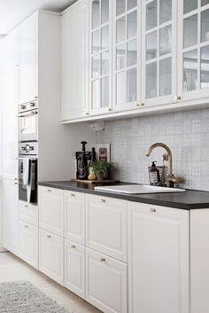 Här erbjuds ni mycket god förvaring bakom vitrinskåp och vita skåpsluckor. Södra vägen 81 - Bjurfors Kitchen Ideas, Kitchen Decor, Kitchen Stories, Kitchen Styling, Country Kitchen, Architecture Design, Kitchens, Kitchen Cabinets, Houses