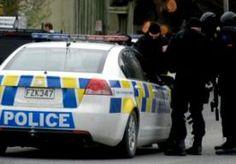 1-Sep-2014 10:36 - SCHIETPARTIJ NIEUW-ZEELAND: 2 DODEN. De politie in Nieuw-Zeeland heeft een dakloze man opgepakt die twee mensen zou hebben doodgeschoten. De man (48) ging vanmorgen in Ashburton een overheidskantoor voor hulp aan werklozen binnen en begon om zich heen te schieten. Twee mensen waren op slag dood, een derde raakte gewond. Na de schietpartij vluchtte de schutter. De dakloze man is na een klopjacht van zeven uur opgespoord door politiehonden. Een lokale krant zegt vorige...