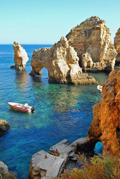 Ponta da piedade Algarve Portugal- My family and I stood on that platform to get on a fishing boat that would take us through those rocks and caves Vacation Places, Dream Vacations, Places To Travel, Places To See, Beautiful Places To Visit, Beautiful Beaches, Portugal Travel, Places Around The World, Nature Pictures