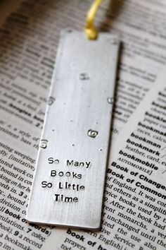 Marca páginas de metal estampado personalizado - Metal Stamped Personalised Bookmark So Many Books