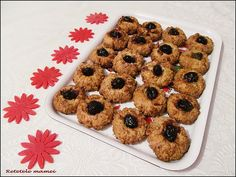Fursecuri cu nuci și dulceață Cookies, Desserts, Food, Crack Crackers, Tailgate Desserts, Deserts, Biscuits, Essen, Postres