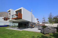 Das überstehende Obergeschoss schließt mit zwei Balkonen ab – und spendet der darunter liegenden Terrasse Schatten. (Foto: Juan Solano)