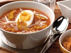Soto ajam recept - Conimex Quick Healthy Meals, Healthy Recipes, Asian Recipes, Ethnic Recipes, Indonesian Food, Indonesian Recipes, Homemade Soup, Fabulous Foods, Diy Food