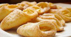 Chrupiące, maślano-serowe rożki z jabłkami.   W smaku podobne do ciasteczek francuskich.   Tylko trzy składniki i jabłka.   Ciast... Round Cookie Cutters, Western Food, Appetisers, Onion Rings, Quick Easy Meals, Sweet Treats, Snack Recipes, Rolls, Chips