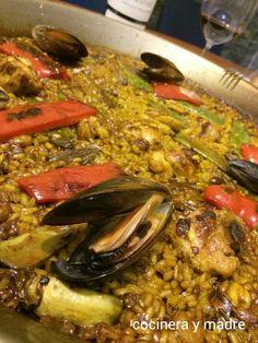 paella-mixta-a-la-brasa Barbacoa, Mixed Paella Recipe, Seafood Paella, Carne, Cereal, Dishes, Meat, Ethnic Recipes, Moroccan