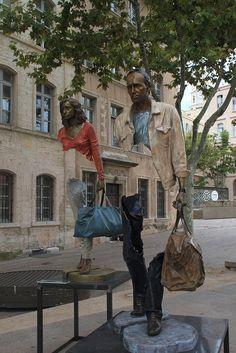 """Les Voyageurs, puerto de Marsella, Francia. A las obras de este artista francés llamado Bruno Catalano siempre le falta algo que se completa en la imaginación del espectador de turno. Porque todas llevan una maleta la serie se llama """"Los Viajeros"""" y están realizadas en bronce. Han recorrido el mundo. Las de la foto se exhibieron en el puerto de Marsella, en Francia. (Foto: Jeanne Menj /Flickr)"""