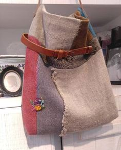 겨울가방 손염색울 원단과 리투아니아린넨의 결합 . #Embroidery #handmade #Embroiderybag #프랑스자수 #자수가방 #손염색울원단 #리투아니아린넨 #자수타그램 #힐링자수 Handmade Purses, Leather Bags Handmade, Patchwork Bags, Quilted Bag, Urban Bags, Diy Couture, Sack Bag, Linen Bag, Denim Bag