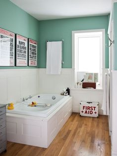 Lovely bathroom, colored walls / charmante salle de bains, murs colorés