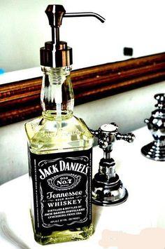 riuso di una bottiglia di jack daniel's come porta sapone