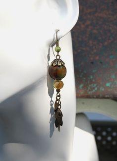 Boucles d'oreilles camouflage -Perle FIMO hand made couleur mousse, cristal et pampille montées sur bronze-Collection Weekend : Boucles d'oreille par perles-et-petales