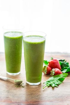 Super Green Tea Antioxidant Smoothie only 200 calories, high in fiber and protein and gluten-free on healthyseasonalre. Fruit Smoothies, Healthy Smoothies, Healthy Snacks, Healthy Recipes, Fruit Drinks, Detox Recipes, Eating Healthy, Healthy Drinks, Healthy Living